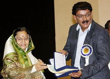 Priyadarshan receives his national award from Pratibha Patil
